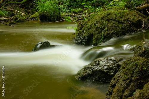 verträumter Fluss im Wald als Langzeitbelichtung Wallpaper Mural