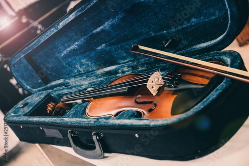 Keuken foto achterwand Muziekwinkel Violin on its case. Blue velvet violin case at music store