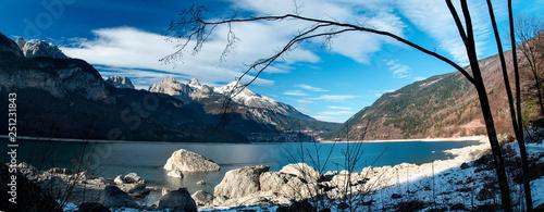 Panorama del lago di Molveno con le Dolomiti di Brenta Fototapet