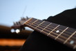 sexy schwarze akustische Gitarre mit super Sound. Nahaufnahme auf romantischer Reise.