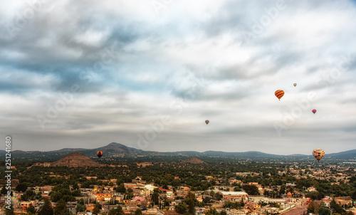 Photo sur Aluminium Beige balloon above Teotihuacan