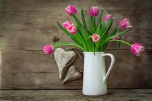 Ländlicher Blumenstrauß Aus Pinken Tulpen In Weißer Vase Auf Holzregal