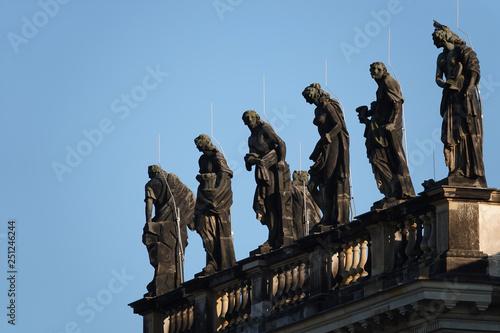 Foto  Statuen auf einem Dach unter blauem Himmel