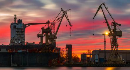 statek handlowy w suchym doku stoczni remontowej