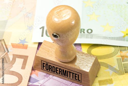 Fotografía  Euro Geldscheine und ein Stempel mit dem Aufdruck Fördermittel