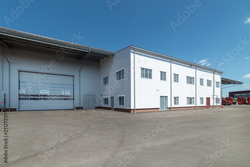 Foto  Large industrial building, view from the outside