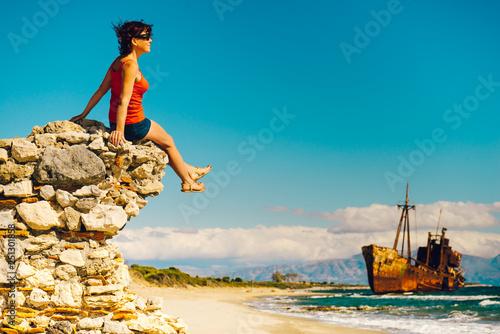 Turystyczna kobieta na plażowym cieszy się wakacje