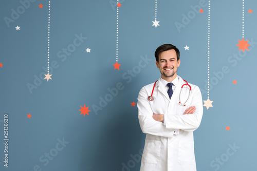 Fotografia  Male pediatrician on color background
