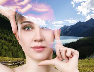 Podwójna ekspozycja młodej pięknej kobiety i natury.