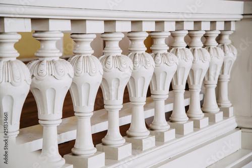 Fotografia A row of white concrete balusters in the castle. Baroque style.