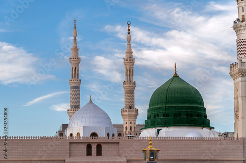 Fotografia  Muslims gathered for worship Nabawi Mosque, Medina, Saudi Arabia