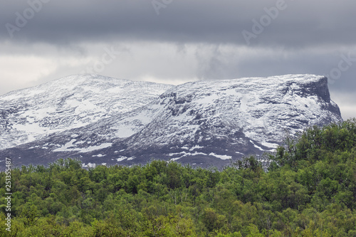 Fotografía  Snow capped mountains in Abisko National Park covered with hazy clouds