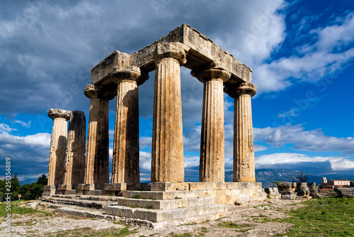 Valokuva The remains of the Temple of Apollo in the archaeological site of Corinth in Pel