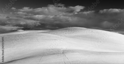 Montage in der Fensternische Grau Minimalistic photo of a snowy mountain top in Norway