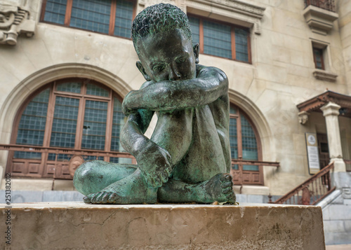 Fotografía  Sad Child bronze sculpture in the middle of Vitoria-Gasteiz, Spain