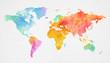 Mehrfarbenaquarell-Weltkarte auf Papierhintergrund.