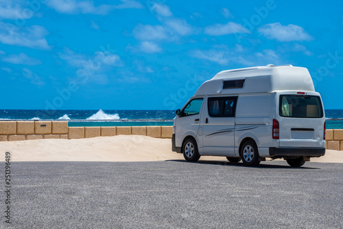 Photo  Campervan parking at the beach of Gregory in Western Australia during windy but