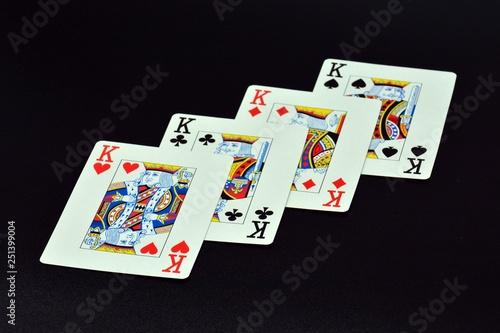Foto  Póquer de reyes sobre fondo negro