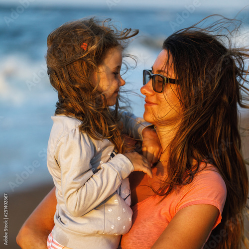 Fotografia  The little girl on hands with love looks at mother