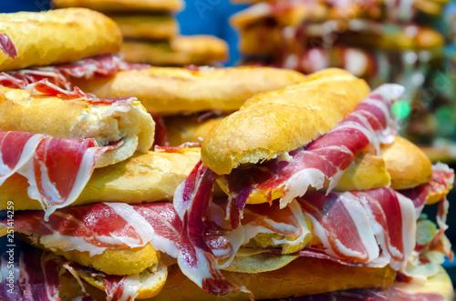 Foto  Serrano ham sandwiches