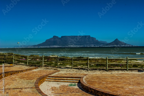Fotografia  Beautiful Cape Town photo showing table mountain and Atlantic oc