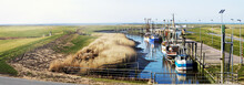 Krabbenkutter Im Idyllischen Kutterhafen An Der Nordseeküste, Panorama