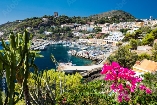 Foto  Port of Ustica Island at Tyrrhenian Sea located near Palermo, Sicily, Italy