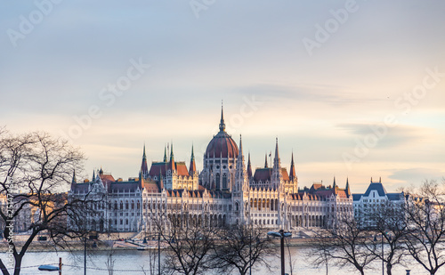 Fotografia  View of the building of the Hungarian Parliament illuminated by the rays of the setting sun