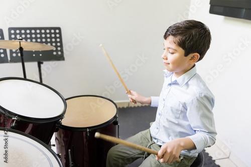 Fotomural Kid Playing Drum In Music School