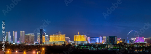 Photo sur Aluminium Las Vegas Panoramic Las Vegas Strip City Skyline of Hotels, Casinos, and Entertainment Centers