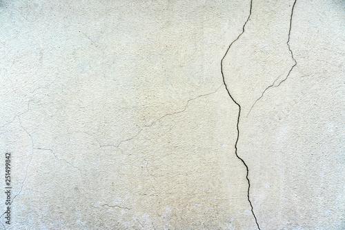 tynkowana-powierzchnia-peknieta