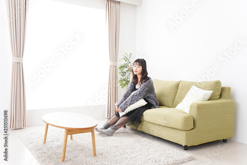 Fotografie, Tablou  家でリラックスをする若い女性