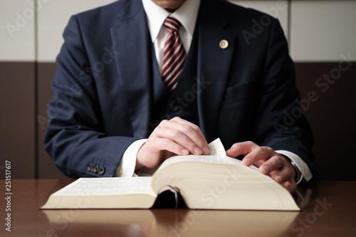 法律の勉強をする弁護士の手元 Canvas-taulu