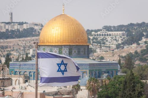 Valokuva israeli flag with dome of rock in jerusalem