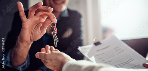 Real estate agent passing keys to his client Fototapet