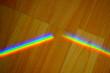 Regenbogenlicht auf Holzmaserung