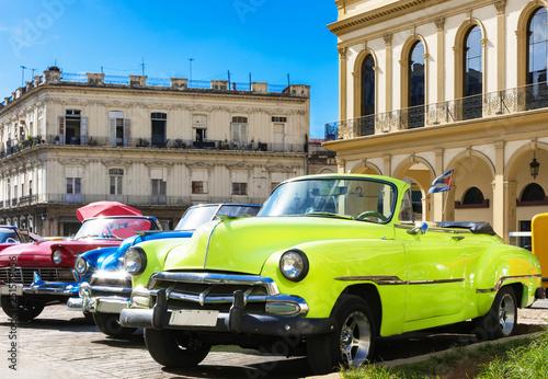 Foto op Aluminium Havana Farbenfrohe amerikanische Cabriolet Oldtimer parken in Linie in der Altstadt in Havanna in Cuba - Serie Kuba Reportage