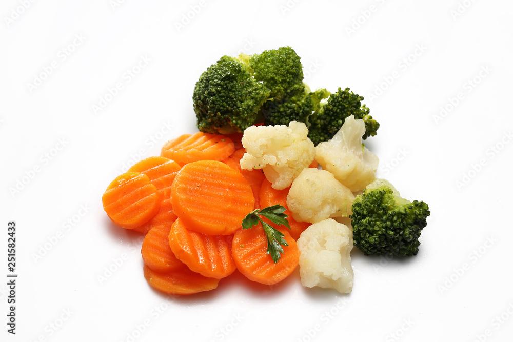 Fototapety, obrazy: Warzywa gotowane , marchewka, brokuł, kalafior na białym tle.