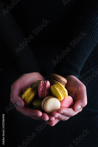 Fotografía  verschiedene Macarons mit unterschiedlichen Geschmacksrichtungen von Händen geha