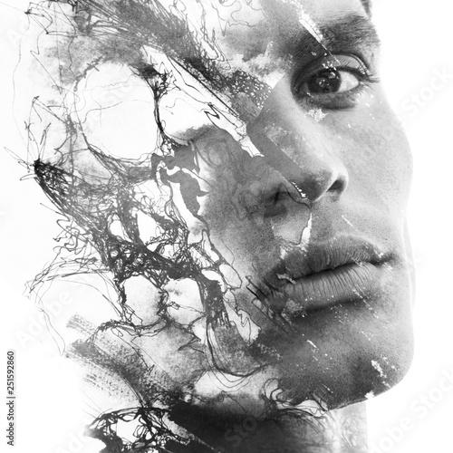 Malarstwo. Podwójna ekspozycja atrakcyjnego modelu męskiego w połączeniu z ręcznie rysowanymi obrazami z atramentem o głębi i fakturze, czarno-białym