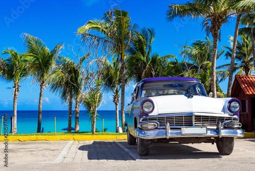 фотография  Blau weisser amerikanischer Oldtimer parkt am Strand in Varadero in Cuba - Serie