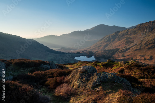 Foto  Crepescular rays of dawn light fall on Little Langdale from Side Pike (Wetherlam