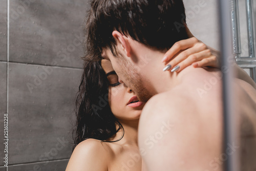 Photo  naked man and woman hugging in shower cabin