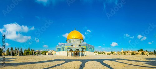 Carta da parati Famous dome of the rock situated on the temple mound in Jerusalem, Israel