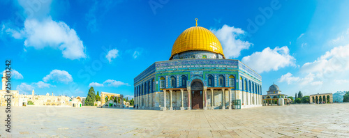 Fotografiet Famous dome of the rock situated on the temple mound in Jerusalem, Israel