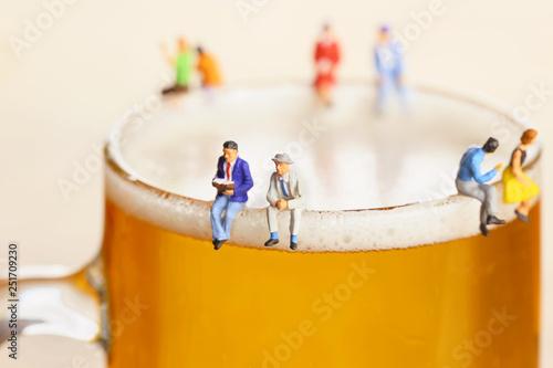 ビールと語り合う男性たち Wallpaper Mural