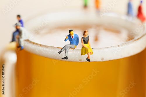 Photo ビールと会話する男女
