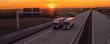 Panorama Lkws auf der Autobahn bei Sonnenuntergang