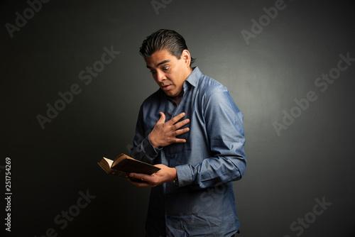 hombre asustado leyendo Canvas Print