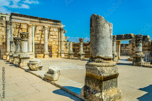 Fotografia Ruins of an ancient synagogue in Capernaum, Isarel
